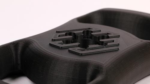 The Markforged Onyx One has a 0.4 mm nozzle. You can then benefit from truly strong models and fast print times.