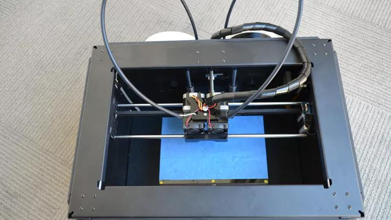 The print head runs on rods with linear bearings.