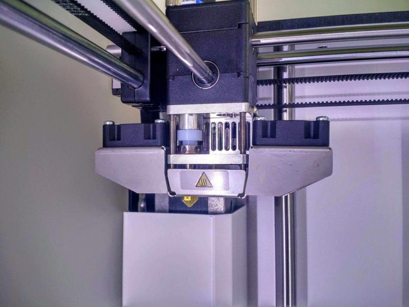 print head runs on rods with linear bearings