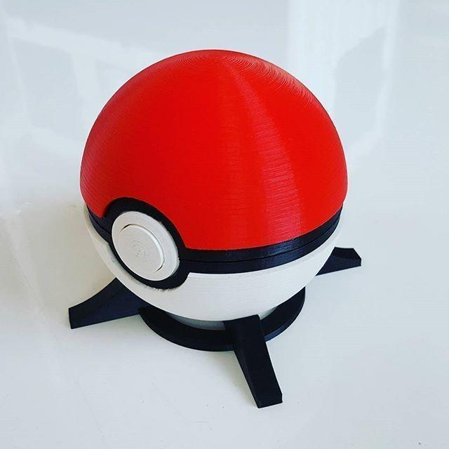 cool Pokéball with different filament colors. The overall result shows high precision and dimensional accuracy.
