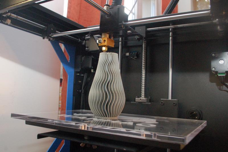 Wanhao Duplicator 5S 3d printer prints the model of vase