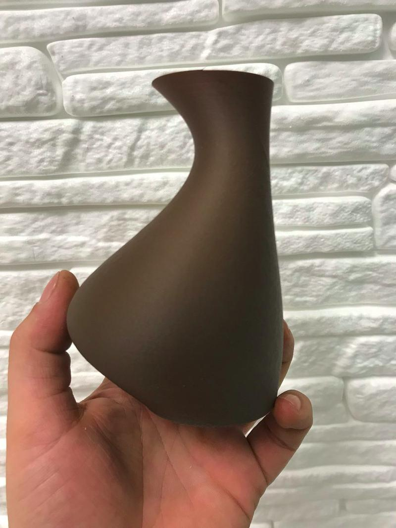 This vase is extremely smooth. It has been printed at 205°C with a wood filament. The layers are imperceptible.