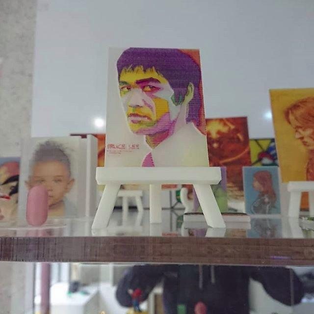 The build area of 7.9 x 7.9 x 5.9 inches (200 x 200 x 150 mm) lets you print just about anything, even a Bruce Lee pop art picture.