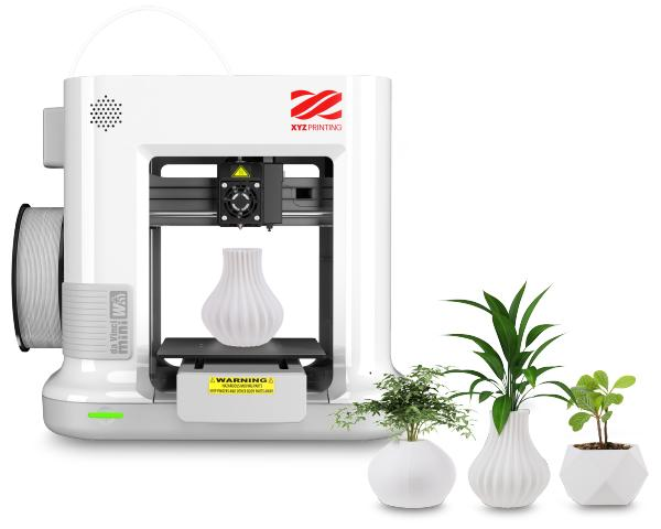 XYZprinting Da Vinci Mini w+ 3D printer with printed models